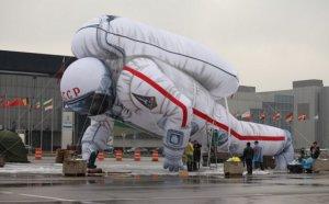 Огромный космонавт в честь Дня космонавтики