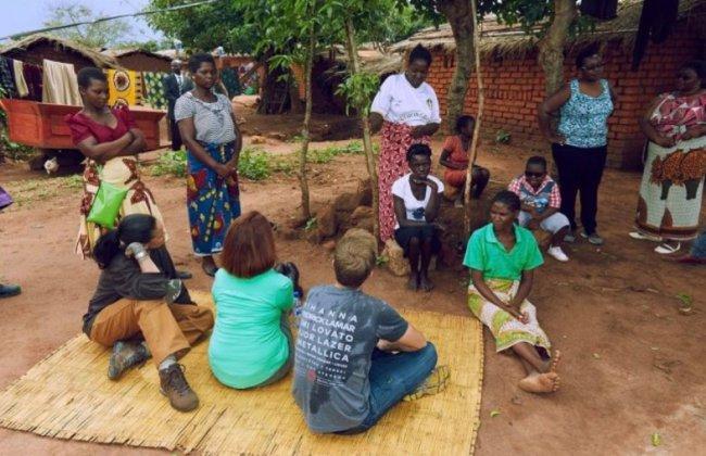 Рианна опубликовала фото, на котором учит африканских детей математике