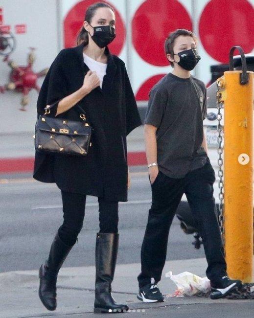 Анджелина Джоли показала стройные ноги
